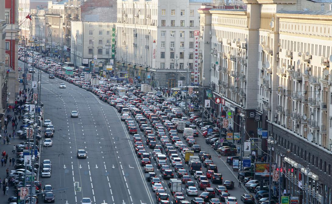 Москва Россия 6-е место Москва по праву занимает в нашем списке гордое шестое место. Трафик здесь настолько ужасен, что жители вынуждены тратить не один час на дорогу к работе. Ситуация осложняется зимой: заваленные снегом трассы — не лучшее место для скоростных гонок.
