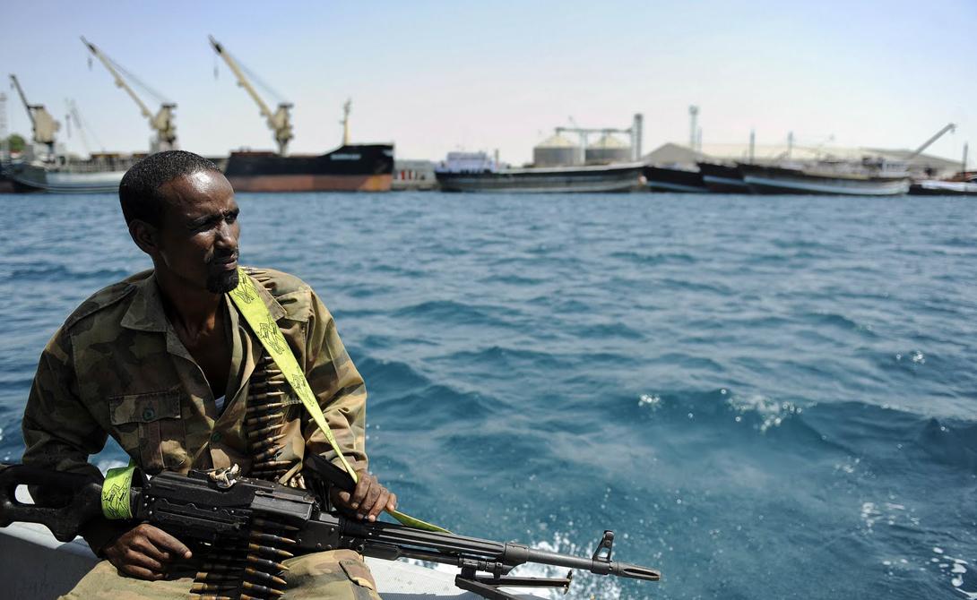 Кем пугают пирата Долгое время сомалийские пираты чувствовали себя безнаказанными. Торговые корабли не могли дать им достойный отпор, а военные суда в опасную зону прибыли не сразу и даже прибыв были весьма ограничены в действиях международным правом. Индийские военные, правда, обстреливали любую лодку с вооруженными людьми даже не посылая идентификационного запроса, чем снискали в пиратских кругах уважительное почтение.