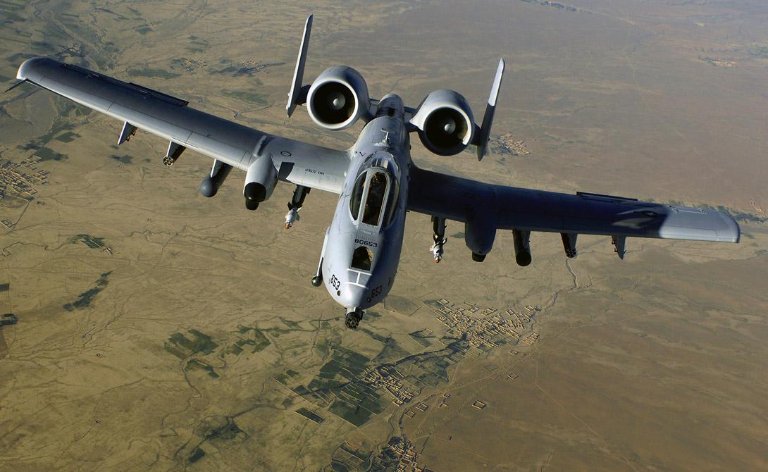 Однако, первые же участия в боевых действиях ситуацию изменили. А-10 Thunderbolt II прекрасно показал себя в кампании при Персидском заливе: маневренный, способный поражать цели на максимально низкой скорости, штурмовик был еще и на редкость прочным. Известен случай, когда пилот дотащил буквально изрешеченного «Бородавочника» до базы, где самолет наладили всего за несколько суток.