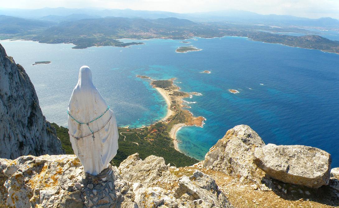 В 1934 году официальный суверенитет семьи Бертолеоне подошел к концу: остров был захвачен Италией. Затем в 1962 году НАТО создала базу на восточной половине Таволара, оставив «правящей династии» всего 50 гектаров земли.