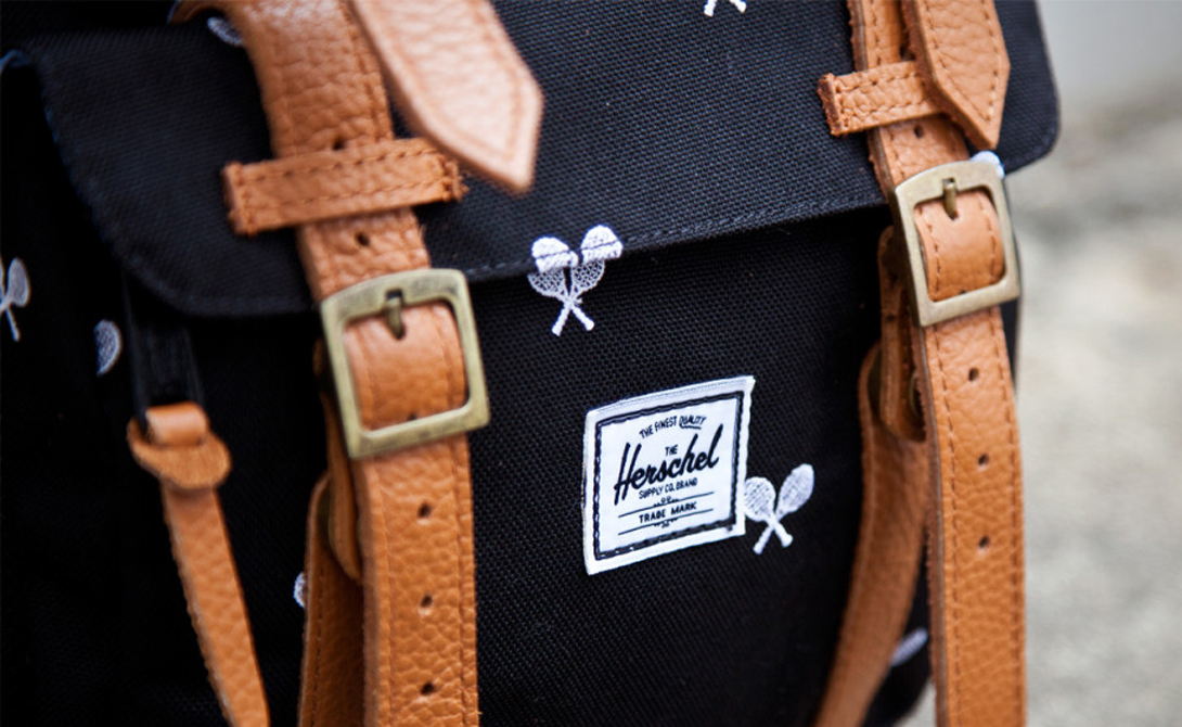 Рюкзак Herschel У теплой зимней куртки есть свои преимущества, среди которых — обилие удобных и вместительных карманов. Весной же карманы превращаются в актуальную проблему: нужных вещей меньше не становится, а вот куда их девать — непонятно. Мы советуем вам обратить внимание на удобные рюкзаки Herschel: вместительные и удобные, они могут, к тому же, стать приятным дополнением к вашему ежедневному гардеробу.