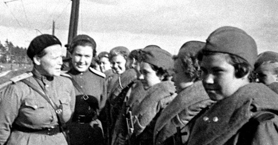Школа жизни В 1942 году командование Красной Армии приняло решение обучать девушек-снайперов на постоянной основе. Женская школа снайперской стрельбы была построена всего в паре километров от Москвы. Критерии отбора не пугали: любая девушка, закончившая семь классов и не старше 26 лет, могла стать студентом.