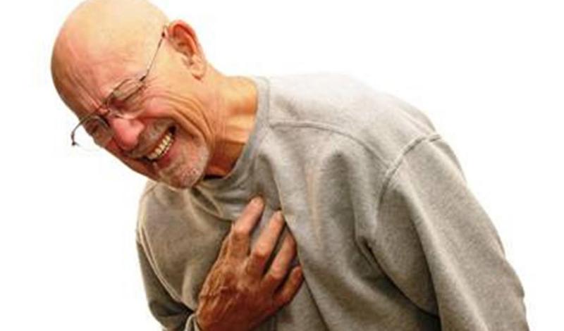 Игнорирование проблемы К сожалению, многие люди просто не успевают обратиться к врачу вовремя. Незнание симптомов ведет к тому, что человек игнорирует проблему, считая ее не такой уж серьезной. Между тем, сердечный приступ может случиться с каждым — вне зависимости от возраста.