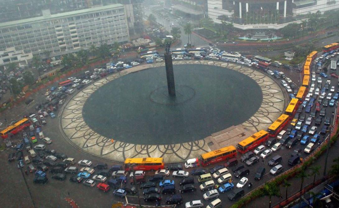 Джакарта Индонезия 1-е место Джакарта вот уже второй год подряд становится обладателем приза «самый загруженный город мира». Тридцать (!) миллионов жителей ежедневно изнывают под давлением собственных автомобилей. Ситуацию осложняет не до конца продуманная инфраструктура дорог, из-за которой пробки собираются в самых ключевых местах города.