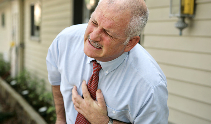 Опасное неведение Большинство людей не имеет никакого понятия о том, как именно происходит инфаркт. Мы думаем, что это мгновенная, острая боль — однако, все происходит совсем наоборот. Сердечный приступ может длиться целый час, а легкий инфаркт можно и не заметить. Надо ли говорить, насколько это опасно?