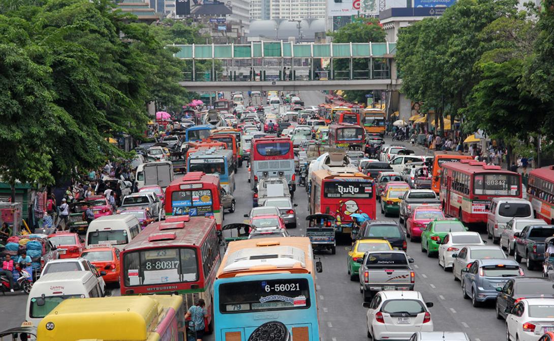 Бангкок Таиланд 8-е место Движение по улицам Бангкока — постоянная игра со смертью. Обилие юрких скутеров способно смутить даже опытного водителя, ну а новичкам сюда соваться вообще не стоит. Ситуацию только осложняет тропический климат: от жары плавится асфальт.