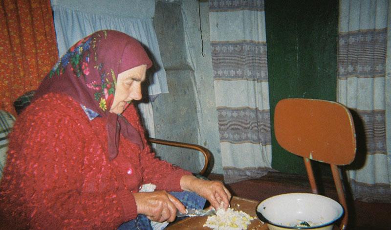 Местное население ест эту грязную пищу — практика, которую стоило бы прекратить давным-давно. К сожалению, на данный момент никакой альтернативы у людей просто не остается. Нестабильная экономика Украины, вялотекущая гражданская война и сомнительная внешняя политика дают местным жителям только два варианта, один из которых — просто умереть с голода.