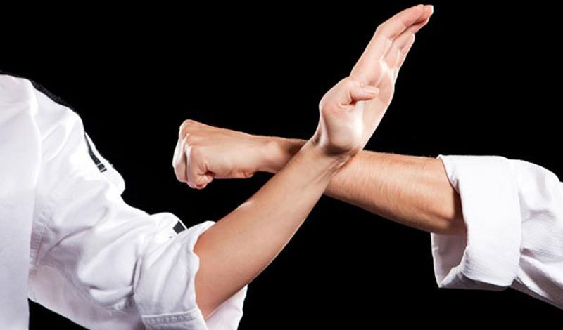 Ниндзюцу Бытует мнение, что ниндзюцу — некое боевое искусство, предназначенное для безоружного воина, нечто вроде карате-до высокого уровня. Но бойцам-шиноби не было никакого смысла посвящать большую часть времени отработке рукопашной схватки. Оригинальные приемы ниндзюцу на 75% предназначены для вооруженного человека.