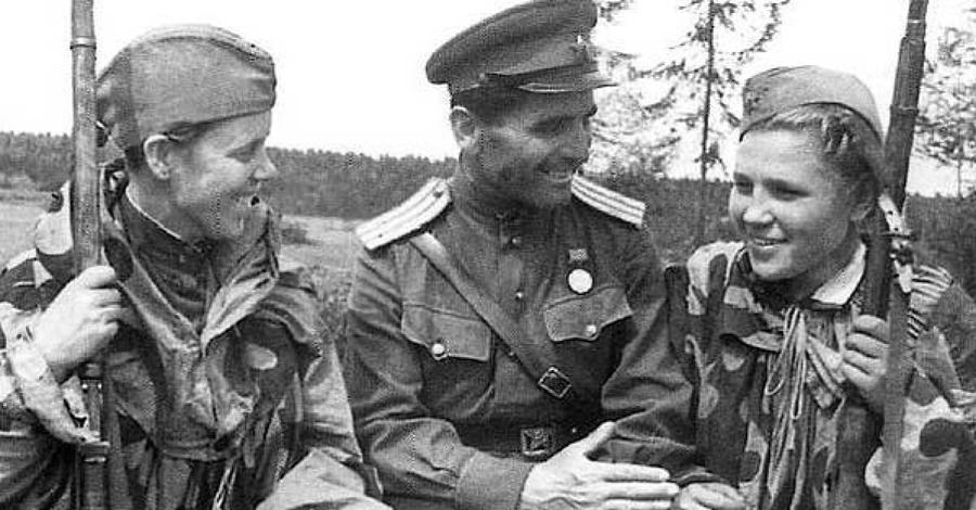 Предпосылки По мере того, как Советский Союз все больше и больше расширял Восточный фронт, снайперы становились неотъемлемой частью оборонительных сил Красной Армии. Девушки идеально подходили на роль метких стрелков. Согласно многим источникам, к 1943 году в рядах Красной Армии насчитывалось около двух тысяч снайперов-женщин.