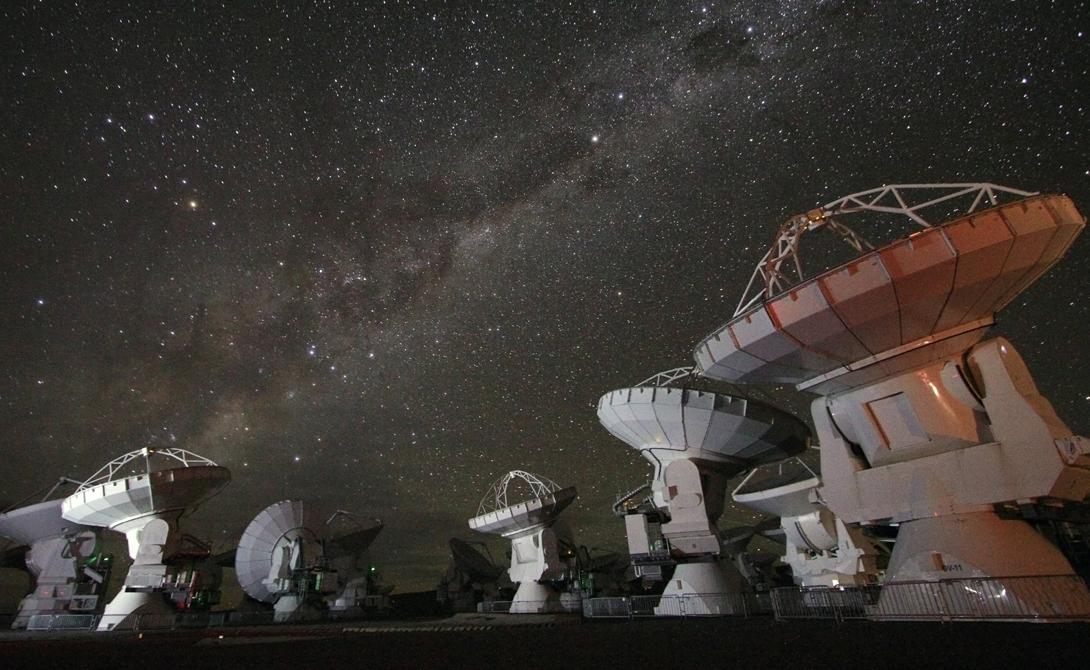 Это, строго говоря, не первый случай, когда астрономы ловят подобные сигналы. Но предыдущие разы речь шла о единичных всплесках энергии, которые вполне могли рождаться вследствие естественных процессов, проходящих в космосе.