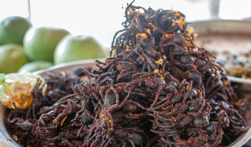 Жареный тарантул Камбоджа Тарантул, от которого любой вменяемый человек постарается убраться подальше, считается в Камбодже изысканным деликатесом. Их часто подают обжаренными с чесноком и солью. Черт возьми, парни!