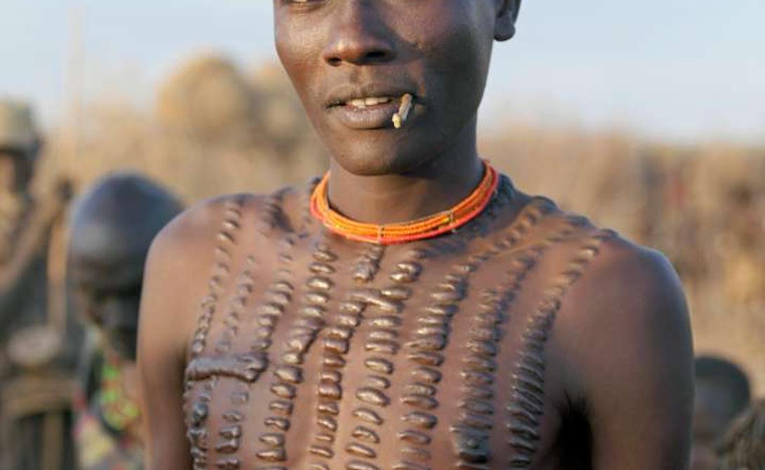 Сепик Папуа-Новая Гвинея Эту народность называют племенем Крокодила — ведь люди племени и сами верят, что произошли от него. Старейшины используют специальные лезвия, шрамируя тела и лица мужчин. Считается, что это дает воинам силу аллигатора.