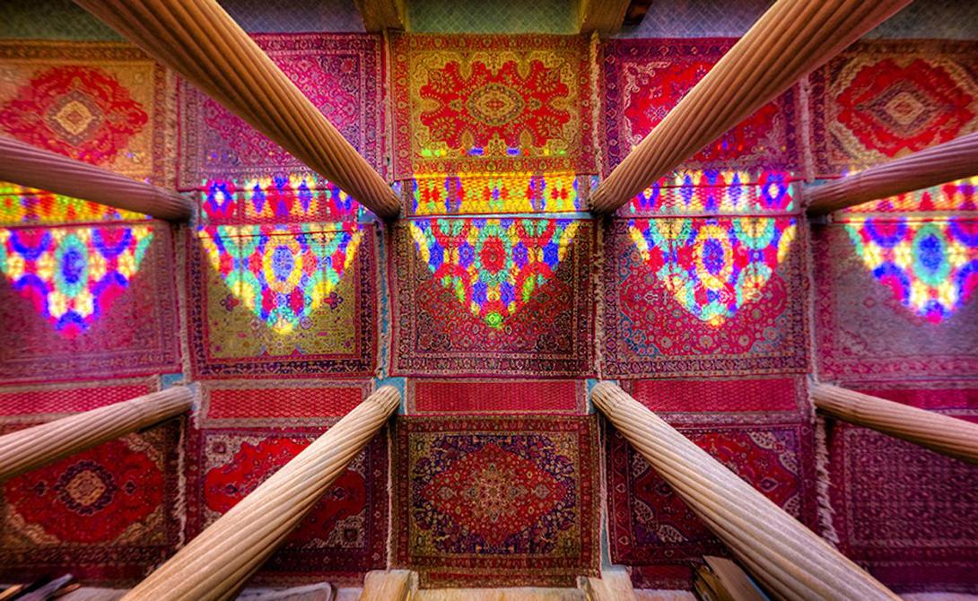 Огненная красота колонн и мозаики в мечети Насир аль-Мульк, Шираз.