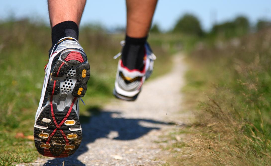Беговые кроссовки Вы можете выйти на беговую дорожку хоть в старых дедушкиных трениках, всем плевать. А вот экономить на обуви мы вам не советуем: велика вероятность получить весьма неприятную травму. Неправильная обувь не поддерживает стопу и не обеспечивает необходимой амортизации, что, конечно, не ведет ни к чему приятному.