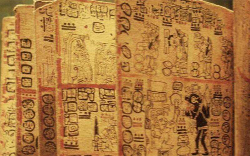 Майя имели очень продвинутую систему письма и настолько любили ей пользоваться, что оставляли надписи повсюду, куда могли дотянуться, в том числе, и на стенах зданий. К сожалению, большая часть их записей была утрачена во времена испанских завоеваний в Новом Свете.