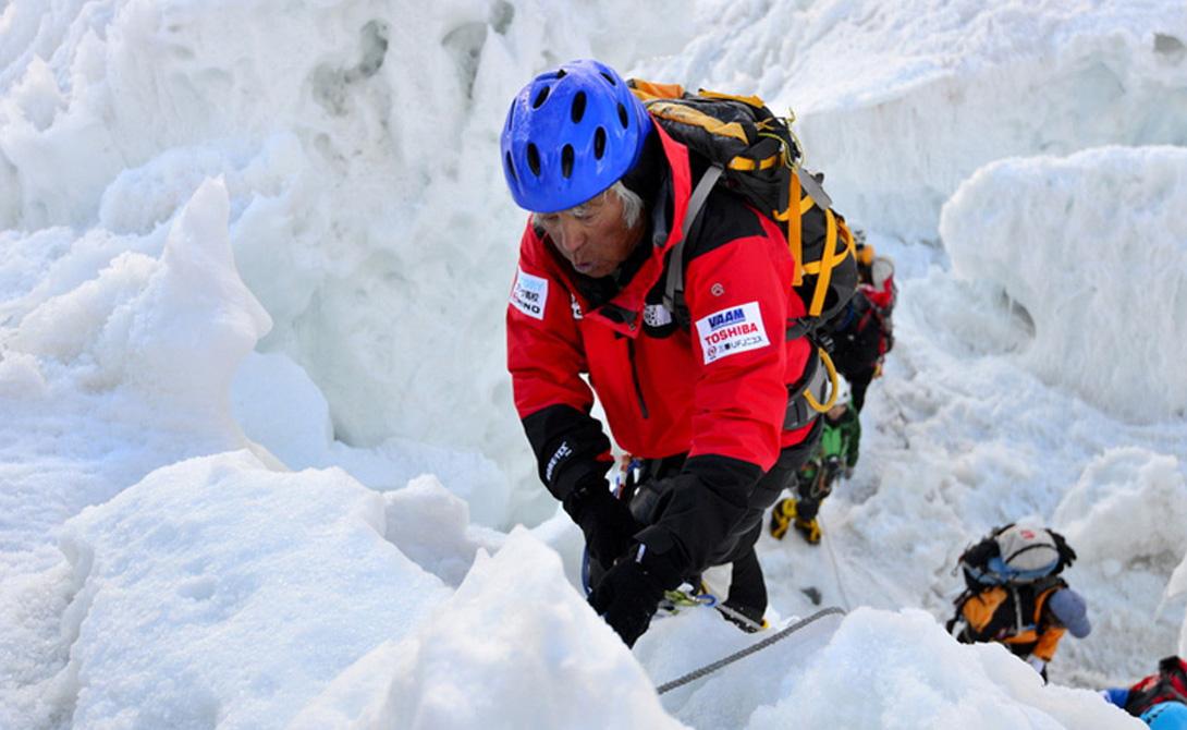 Правнуки подождут Японский дедушка Юитиро Миура – ярчайший пример того, что после 80 жизнь только начинается. В этом возрасте он сумел установить мировой рекорд, став самым пожилым альпинистом, достигшим вершины Эвереста. Стоит отметить, что Миура уже поднимался на гору раньше, причем однажды спустился по склону (а это, на минуточку, 8 тысяч метров) на лыжах, чем уже тогда вызвал к себе повышенный интерес. Сейчас на Эверест зарится другой дедуля – непалец Мин Бахадур Шерхан, планирующий взойти на гору в свои 84 года. Пожелаем им обоим удачи и, главное, еще более долгих лет жизни!