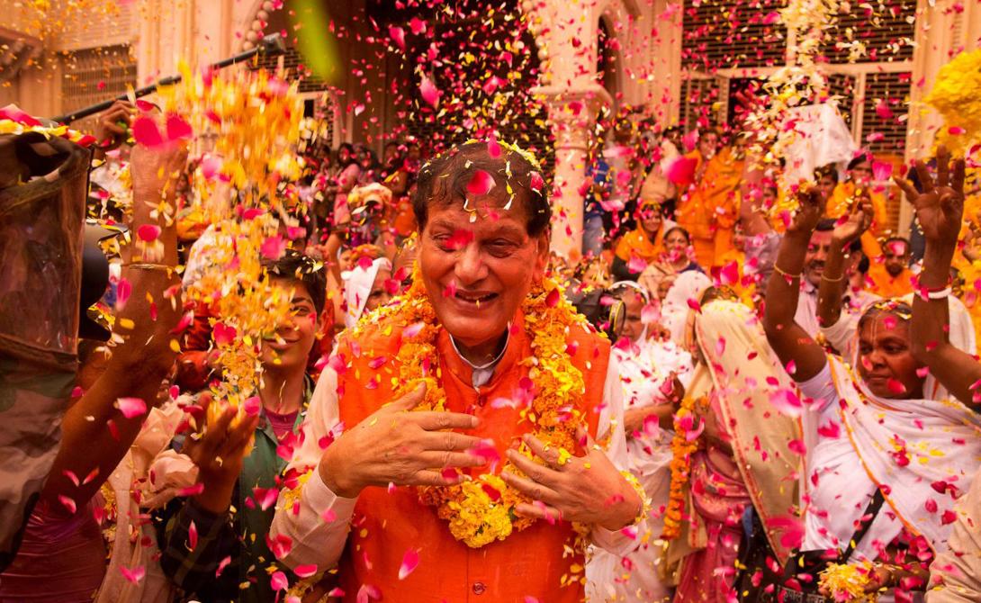 Бросание красками и цветами восходит к другой легенде, повествующей о Радхи и Кришне.