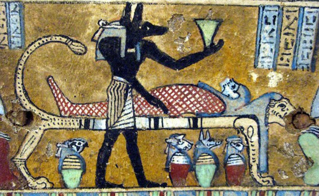 Древние египтяне начали делать мумии около 3400 г. до н.э., но им потребовалось почти восемьсот лет, чтобы понять, как именно следует извлекать внутренние органы. Есть несколько мрачных техник, которые подразумевают удаление органов у еще живого человека — египтяне считали, что так в теле сохраняется сила жизни.
