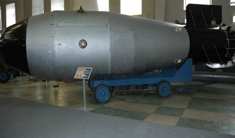 Царь-бомба, крупнейшая ядерная боеголовка когда-либо взрывавшаяся, сдетонировала на испытательном полигоне СССР в Арктике. Облако от взрыва в семь раз превысило высоту горы Эверест.