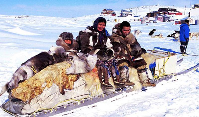 Канада, как ни странно, тоже принимала некоторое участие в холодной войне. В частности, правительство страны насильно переселило инуитов из Арктики, чтобы иметь возможность претендовать на эту часть света.