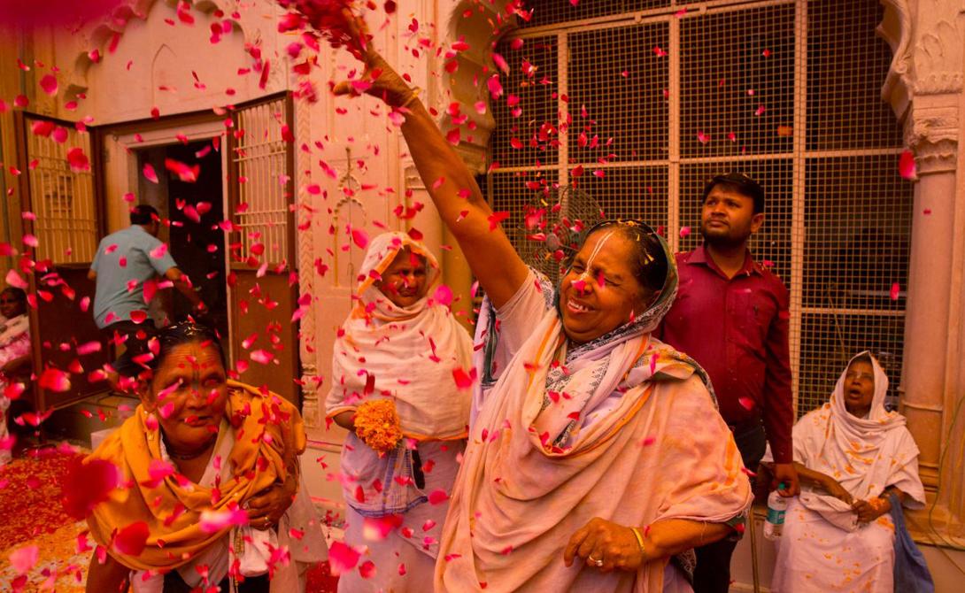 Теперь, во время фестиваля Холи, члены семьи и близкие родственники раскрашивают друг другу лица, показывая свою любовь.