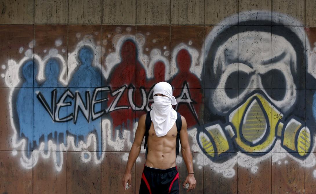 Неуверенность в следующем дне, нестабильность и постоянный страх заставляют молодых людей мигрировать в другие страны. В долгосрочной перспективе Венесуэла попросту лишится всего трудоспособного населения.