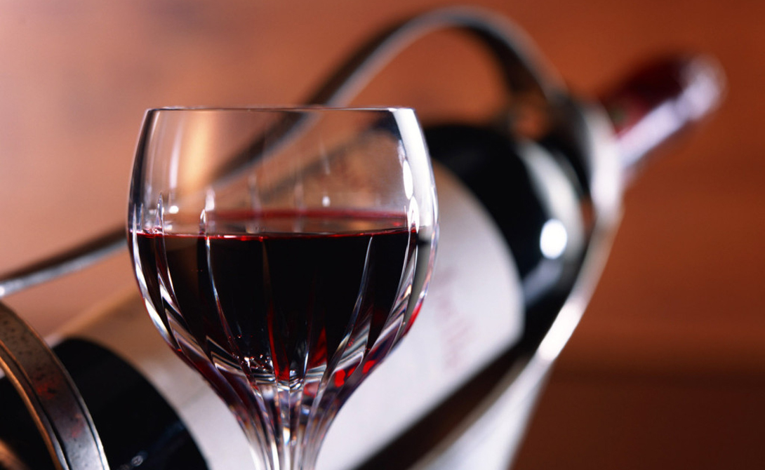 Красное вино И самое приятное мы приберегли напоследок. Один из ингредиентов красного вина — ресвератол, стимулиющий производство протеина. Он, в свою очередь, блокирует рецепторы жировых клеток и не дает им собраться в большую, мягкую кучу. Не стоит сидеть на диете из красного вина (хотя, иногда, очень этого хочется), а вот полстакана в день — то, что доктор прописал.