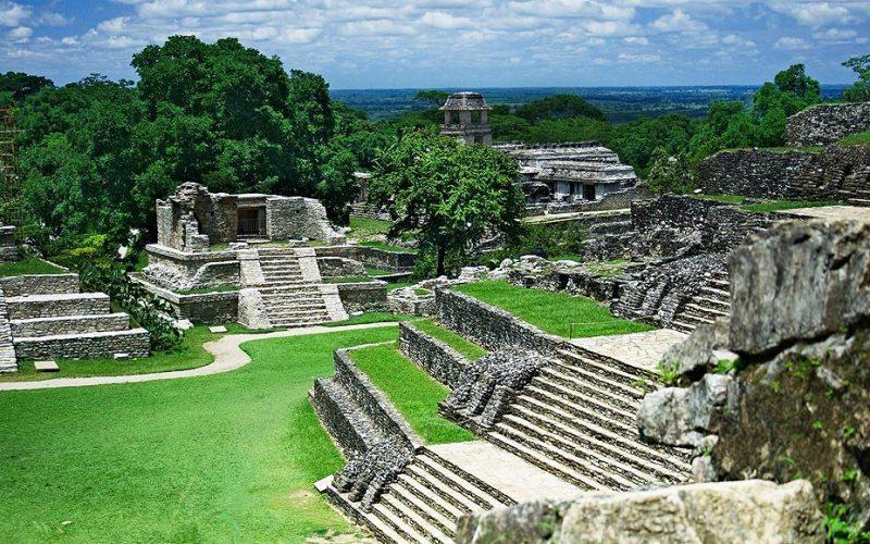 Никто точно не знает причины падения империи майя. Ученые предлагают на выбор несколько гипотез – от засухи и тотального голода до перенаселенности и изменений климата.