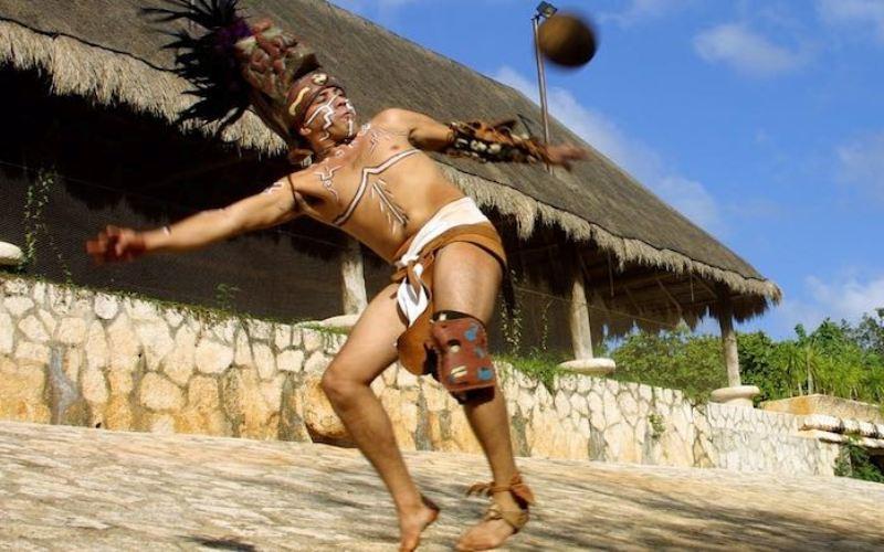 Подобно ацтекам, майя были азартными игроками месоамериканской игры в мяч. Площадки для игры были обнаружены во всех крупных городах империи. Часто эту игру связывают с обезглавливаниями жертв, которые, вероятно, являлись игроками проигравшей команды. А отрубленные головы потом, как предполагают, использовались в качестве мячей.