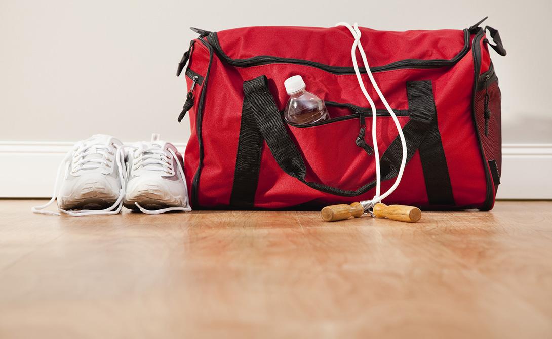 Обновить кроссовки Те же самые свойства делают силикагель прекрасным средством для чистки обуви изнутри. Просто кидайте по пакетику вещества в каждый кроссовок на ночь и проблема неаппетитного запаха от стелек будет решена. Особенно актуален совет для спортивной обуви.