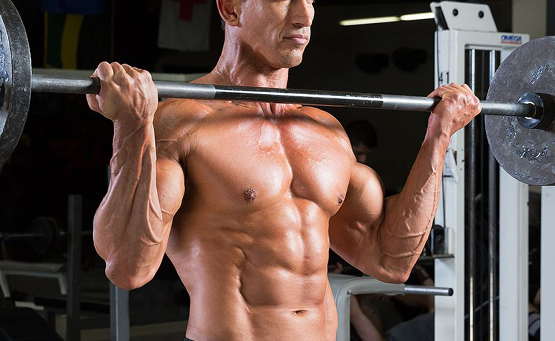 Придерживаемся базы К черту изолирующие упражнения — они лишь приправка к основному блюду. Сосредотачиваясь на последовательных нагрузках на бицепс, трицепс, квадрицепс и что там еще есть, вы не даете организму самого главного: планомерной, равной нагрузке всех мышц тела. Делайте побольше базовых упражнений, а изолирующие оставляйте на самый конец тренировки, в качестве развлечения. Приседания со штангой, жим лежа, жим штанги стоя, становая тяга, мертвая тяга, бицепс — вот примерно так должна выглядеть каждая вторая тренировка человека, решившего как можно скорее прийти в хорошую форму.