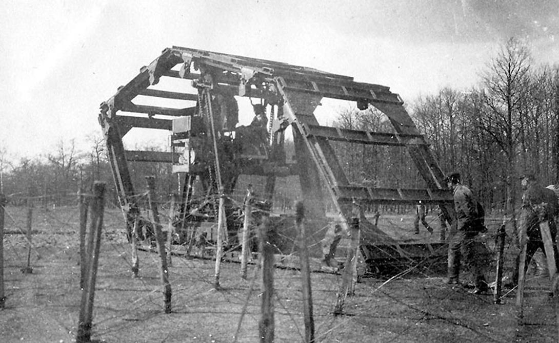 Машина Буаро У французов также имелось свое мнение о том, как должна выглядеть мобильная боевая платформа. В 1914 году Луи Буаро предоставил Военному министерству страны планы новой машины. Конструкция Appareil Boirault выглядела очень странно. Кабина, обнесенная гусеничным конструктором, размещалась по центру, брони не было вовсе. Этот динозавр весил целых 30 тонн, а приводился в движение одним 80-сильным двигателем. Скорость? До трех километров в час. Недотанк неплохо справлялся с преодолением траншей и зачисткой местности от колючей проволоки, но больше не годился ни на что.