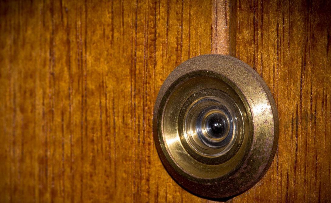 Глазок Через глазок можно рассмотреть происходящее в комнате, пусть и смутно. Закройте его полоской бумаги, чтобы не допустить вторжения в свое личное пространство.