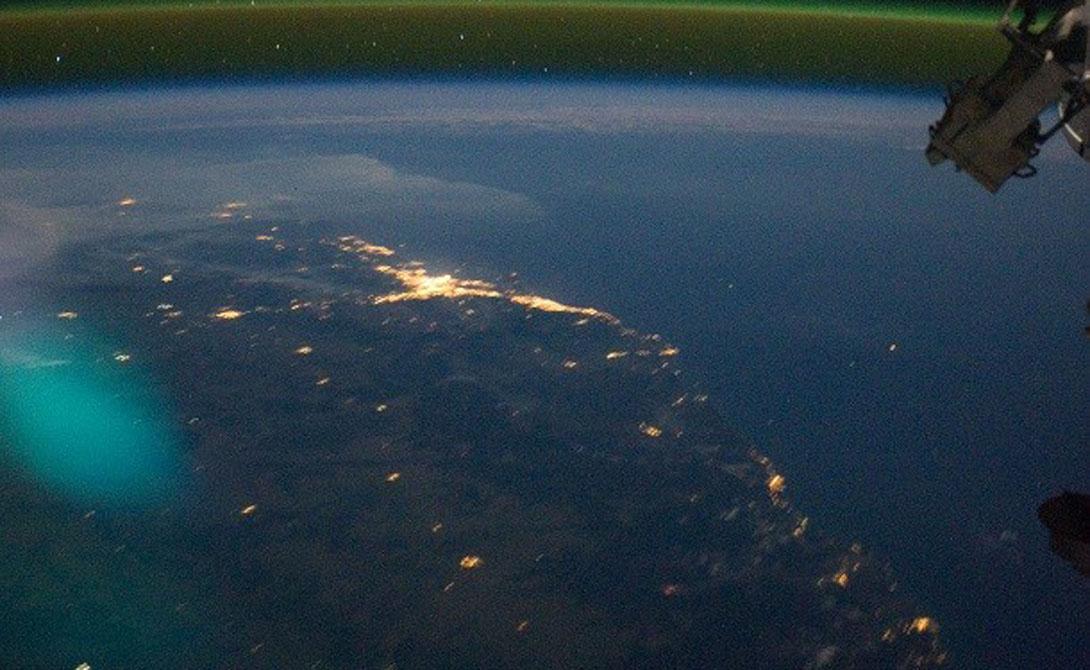 Свечение неба Уникальное явление, которое можно увидеть только из космоса. Свечение появляется из высвобождения энергии атомов и молекул высоко в атмосфере. Выпуская свою энергию, полученную за день от солнца, молекулы могут производить видимый свет — кислород, к примеру, дает зеленый.