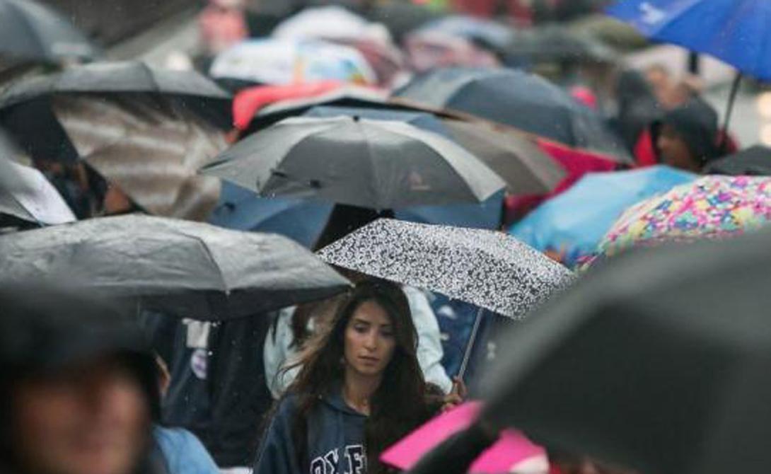 Высушить зонт Обычная проблема в дождливый день: мокрый зонт нужно куда-то спрятать, но для начала его стоит высушить. А можно просто рассыпать силикагель по ткани и подождать всего несколько минут.