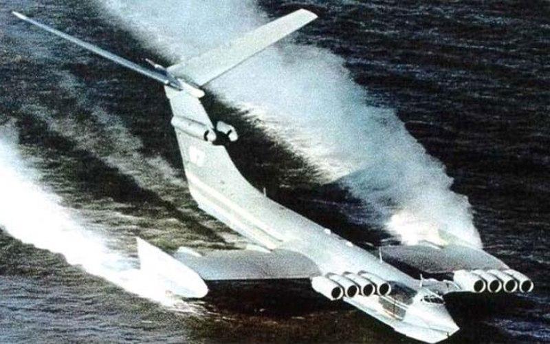 Монстр с Каспийского моря Проектирование и создание уникального, самого большого в мире летательного аппарата осуществлялось на протяжении 1963-1965 годов. Главным конструктором этого экраноплана был Р.Е. Алексеев, ведущим конструктором – В.П. Ефимов. Советские конструкторы назвали свое детище «Корабль-макет». В 1967 году сотрудники американских спецслужб, рассматривая сделанные спутником-шпионом снимки гигантского, непонятно откуда взявшегося, летательного аппарата, прозвали его «Каспийским монстром». Так они расшифровали буквы КМ на борту экраноплана.