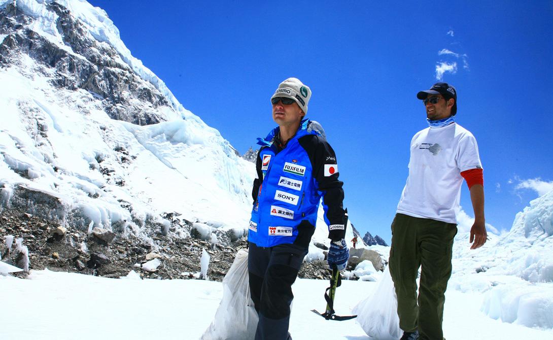 Гора Эверест: «За 15 лет я похудела на 15 тонн!» Другой японец, Кен Ногути, которого иногда называют санитаром Эвереста, за последние 15 лет предпринял пять экспедиций на эту величайшую гору, но совсем не для того, чтобы прославиться количеством восхождений или постоять на вершине, ощущая себя королем мира. Дело в том, что каждый раз он увозит с горы невероятное количество мусора – части снаряжения, использованные кислородные баллоны и другой хлам, который оставляют альпинисты. За это время Кену удалось вывезти со склонов около 9 тонн мусора – кстати, малую часть его японец забрал себе, чтобы впоследствии устроить выставку и показать, насколько страдает великая гора от присутствия людей. Стоит отметить, что в последнее время экологические экспедиции предпринимали и другие альпинисты – например, участники Eco Everest увезли с горы 6 тонн мусора.
