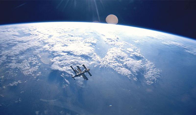 Космическая программа США и СССР предусматривала партнерский запуск человека в космос. Все доверие базировалось на личности президента Кеннеди — после его смерти Советы не согласились работать с вице-президентом Джонсоном и началась космическая гонка.