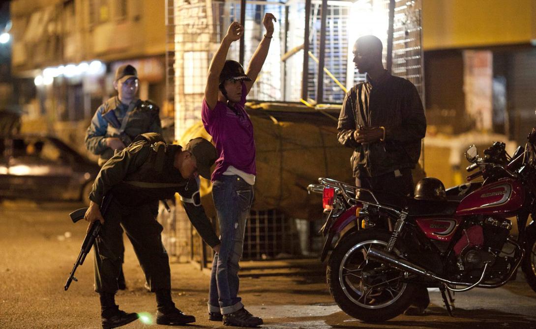 Ни полиция, ни вооруженные силы страны не в силах противопоставить бандформированиям ничего серьезного. Выкурить хорошо экипированные группировки из трущоб просто невозможно без значительных жертв среди местного населения.