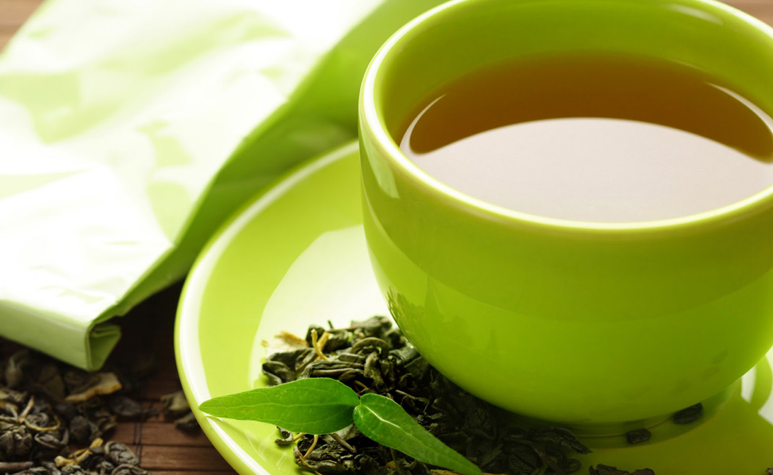Зеленый чай Попробуйте на пару недель отказаться от кофе и черного чая, заменив эти напитки чаем зеленым. Ученые (не британские) утверждают, что он может обладать антиканцерогенными свойствами — но этот факт, честно говоря, до конца не проверен. А вот способность зеленого чая служить мощным жиросжигателем проверена на собственном опыте: такой напиток борется с висцеральным жиром и один из наших редакторов смог похудеть на несколько килограммов, благодаря зеленому чаю. Правда, он еще и в спортзал ходил — что мы и вам советуем.