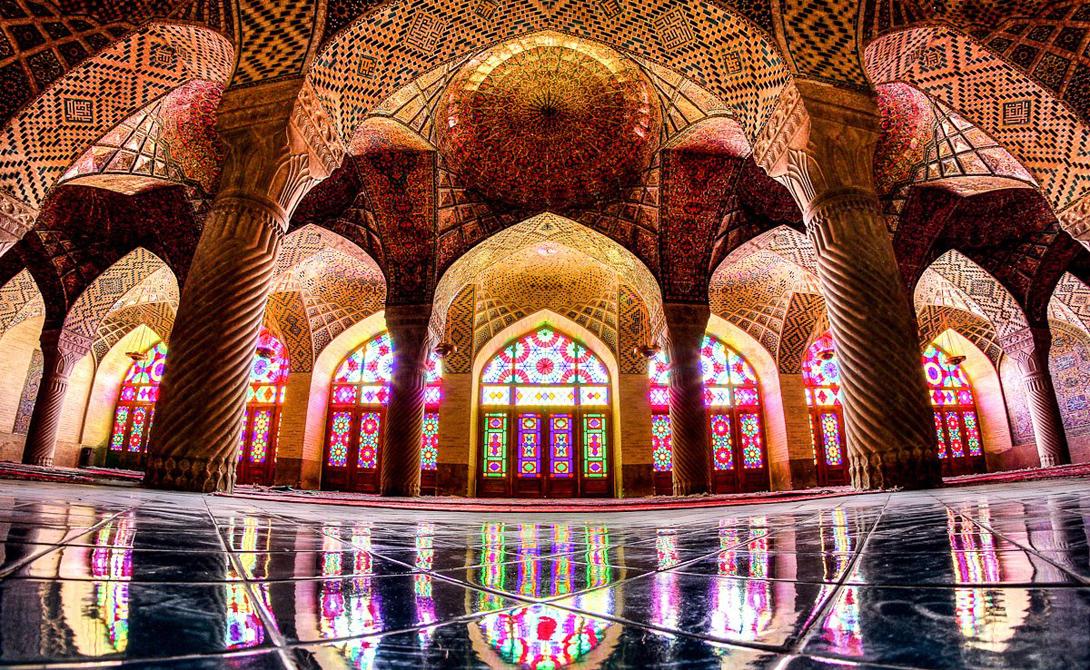 Мечеть Насира Аль-Мулька, также известная как розовая мечеть.