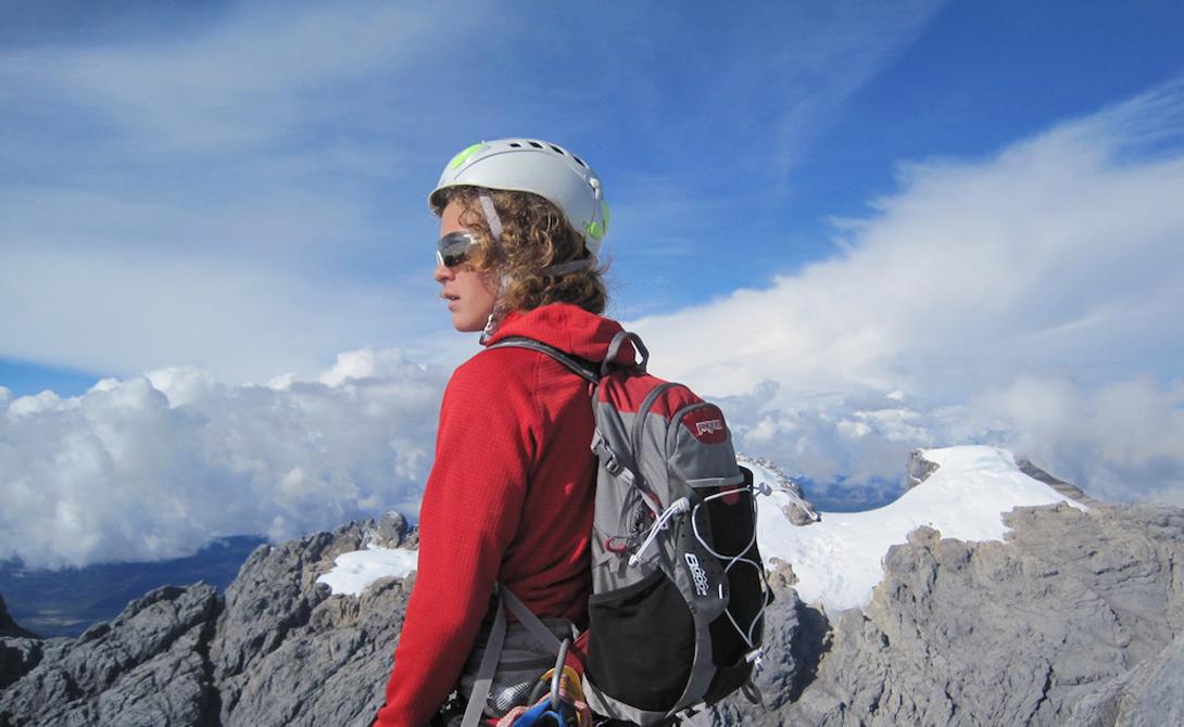 Моложе некуда Самым юным покорителем Эвереста еще в 2010 году стал Джордан Ромеро – на момент покорения вершины мальчику было всего 13 лет. Юный смельчак совершил восхождение со своими родителями, причем шли они не со стороны Непала, как основная часть групп, а со стороны Тибета. На данный момент его рекорд никто не побил, и в ближайшее время это вряд ли случится, так как в Непале с недавних пор разрешено подниматься на Эверест только после наступления 16 лет, а в Китае – после 18. Но даже если каким-то чудом еще более юное дарование поднимется на Эверест, невзирая на запреты, достичь уровня Джордана Ромеро вряд ли кто-то сможет, ведь в декабре 2011 года этот мальчик установил еще один рекорд – стал самым молодым покорителем 7 высочайших вершин 7 континентов.