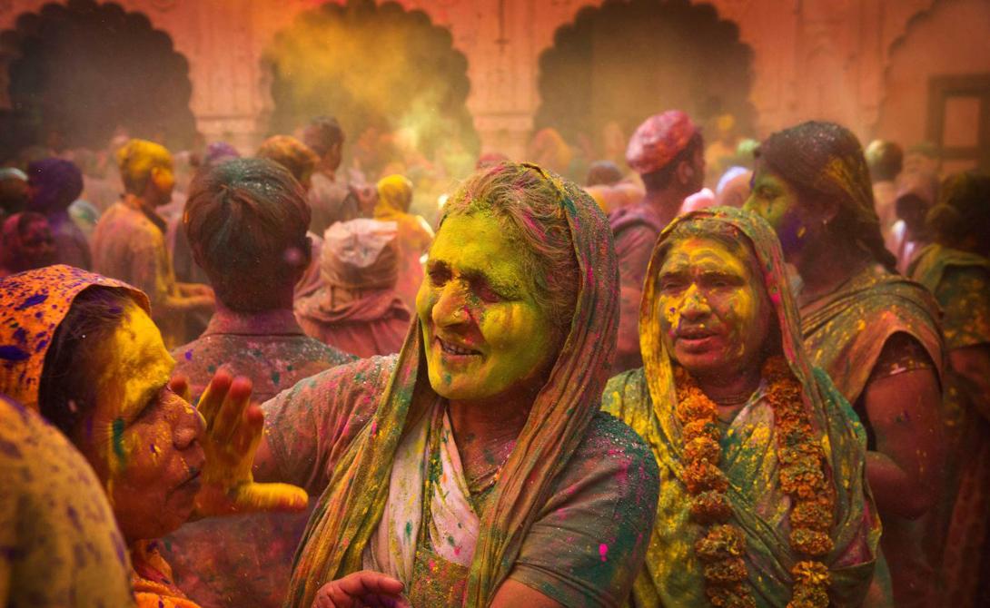 Цветами же индийцы бросаются из чистого развлечения.
