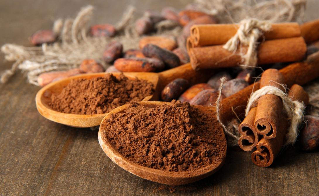Корица Современному человеку бывает непросто поддерживать в крови стабильный уровень сахара — слишком много вокруг соблазнов. Корица может стать той самой волшебной палочкой, которая запускает процесс в обратную сторону: она снижает уровень сахара и мешает аккумуляции жиров. Добавлять ее можно куда угодно, от чая и кофе до кефира.