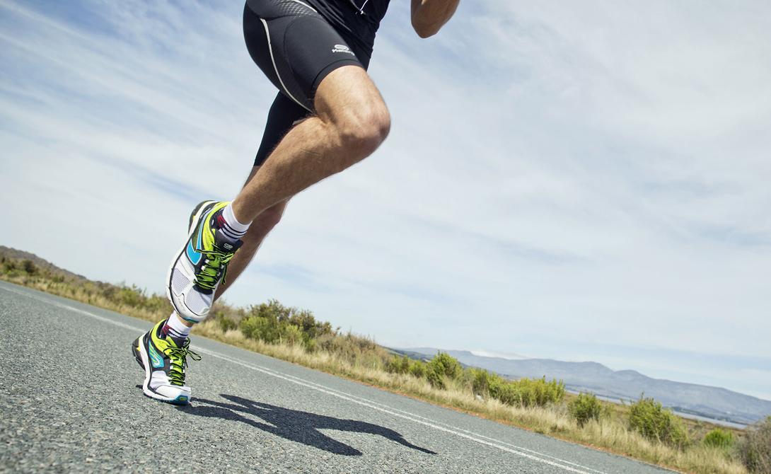 Болевой сигнал Бег является достаточно серьезной нагрузкой на организм. Если уже первые тренировки вызывают сильные болевые ощущения — останавливайтесь. Снижайте скорость, сокращайте время тренировки. Бег может вытащить наружу застарелые проблемы с суставами, или чем-то более серьезным. Игнорировать их будет глупо.