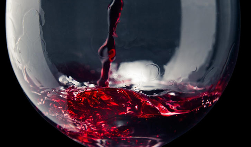 Красное вино Стакан вина поможет вам расслабиться, но он, также, способен усугубить аллергию. Алкоголь является судорасширяющим препаратом — что может спровоцировать насморк и постоянную заложенность носа. Вообще, правило справедливо для любой выпивки, но именно от красного вина стоит воздержаться в принципе. Здесь содержаться сульфиты, вызывающие аллергенную реакцию у большинства подверженных этой проблеме людей.
