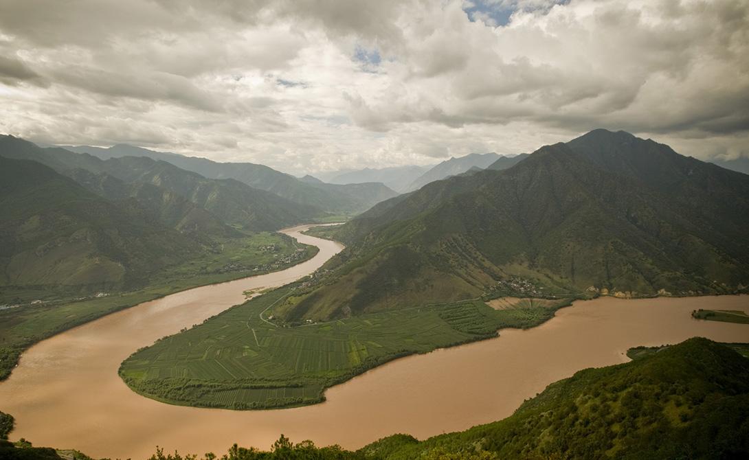 Янцзы Китай 6 418 километров Если вы не были на Янцзы, то вы не были нигде. Так, по крайней мере, гласит старая китайская поговорка. Самая длинная река в Азии поднимается из ледников Цинхай-Тибетского и впадает в Восточно-Китайское море, к северу от Шанхая.