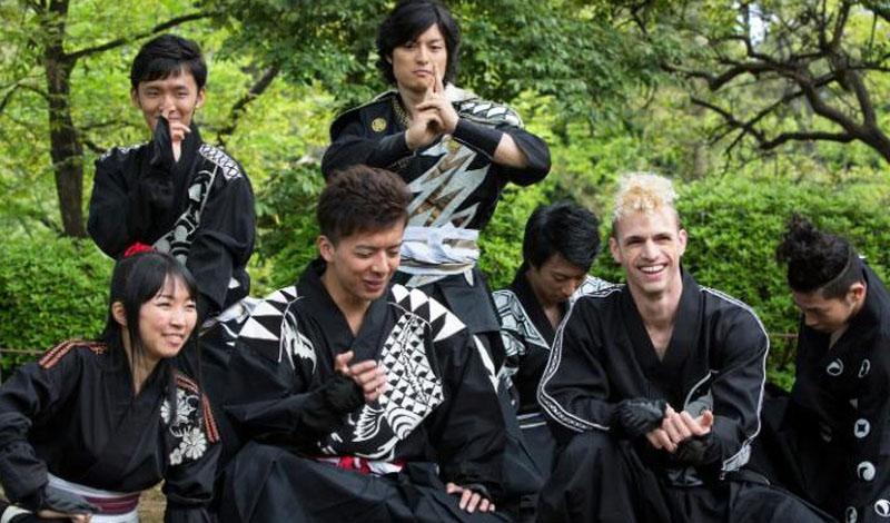 О'Нил единственный европеец из команды в семь человек, работающих на территории Японии. Его наняли органы самоуправления префектуры Аити, центральной части страны.