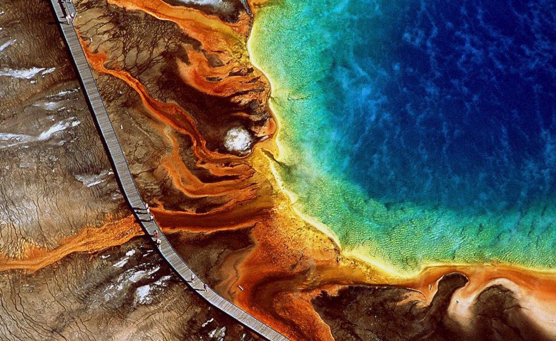 Марвел в Grand Prismatic Spring, расположенный в национальном парке Йеллоустоун, Вайоминг. Это крупнейший природный горячий источник в США.