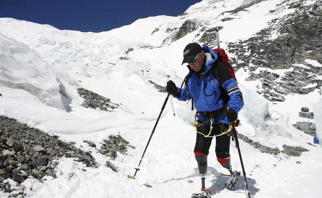 Превозмогая себя Марк Инглис из Новой Зеландии стал первым человеком, поднявшимся на Эверест, будучи инвалидом. 20 лет назад мужчине ампутировали обе ноги – он отморозил их во время экспедиции на гору Кука, но даже этот факт не повлиял на уверенность мужчины в том, что он сможет покорить высочайшую гору в мире. В итоге в 2006 году альпинист отправился в путешествие за мечтой в составе коммерческой группы, сопровождаемой съемочной группой Discovery Channel. Казалось, сама судьба была против этого восхождения – на высоте 6,5 тысяч метров у новозеландского альпиниста сломался протез, починить который было невероятно сложно. Тем не менее, Марку удалось не только исправить поломку, но и ступить на вершину горы, которой он так долго грезил. Подъем занял у Инглиса целых 40 дней, но сам альпинист утверждает, что готов был бы идти еще столько же, лишь бы достичь заветной цели.
